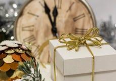 Weihnachten- und neues Jahr ` s Weinlese stoppen das Zeigen fünf zum Mitternacht ab Festlicher Abend mit Geschenkbox Stockfoto