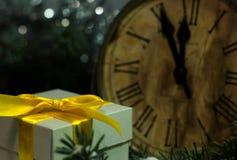 Weihnachten- und neues Jahr ` s Weinlese stoppen das Zeigen fünf zum Mitternacht ab Festlicher Abend mit Geschenkbox Stockfotos