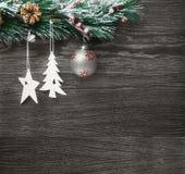 Weihnachten- und neues Jahr ` s Zusammensetzung Die Kiefernkegel, Fichtenzweige auf einem hölzernen Hintergrund Stockbilder
