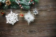 Weihnachten- und neues Jahr ` s Zusammensetzung Die Kiefernkegel, Fichtenzweige auf einem hölzernen Hintergrund Lizenzfreie Stockfotos