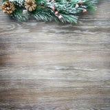 Weihnachten- und neues Jahr ` s Zusammensetzung Die Kiefernkegel, Fichtenzweige auf einem hölzernen Hintergrund Lizenzfreie Stockfotografie