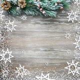 Weihnachten- und neues Jahr ` s Zusammensetzung Die Kiefernkegel, Fichtenzweige auf einem hölzernen Hintergrund Lizenzfreie Stockbilder
