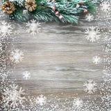 Weihnachten- und neues Jahr ` s Zusammensetzung Die Kiefernkegel, Fichtenzweige auf einem hölzernen Hintergrund Lizenzfreies Stockbild