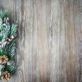 Weihnachten- und neues Jahr ` s Zusammensetzung Die Kiefernkegel, Fichtenzweige auf einem hölzernen Hintergrund Stockfotos