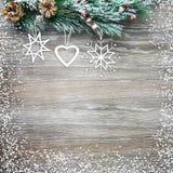Weihnachten- und neues Jahr ` s Zusammensetzung Die Kiefernkegel, Fichtenzweige auf einem hölzernen Hintergrund Stockfoto