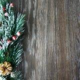 Weihnachten- und neues Jahr ` s Zusammensetzung Die Kiefernkegel, Fichtenzweige auf einem hölzernen weißen Hintergrund Lizenzfreies Stockfoto