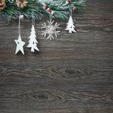 Weihnachten- und neues Jahr ` s Zusammensetzung Die Kiefernkegel, Fichtenzweige auf einem hölzernen weißen Hintergrund Stockfotos