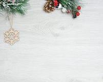Weihnachten- und neues Jahr ` s Zusammensetzung Die Kiefernkegel, Fichtenzweige auf einem hölzernen weißen Hintergrund Stockfoto