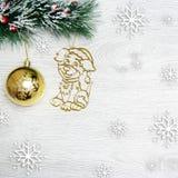 Weihnachten- und neues Jahr ` s Zusammensetzung Die Kiefernkegel, Fichtenzweige auf einem hölzernen weißen Hintergrund Lizenzfreie Stockfotografie