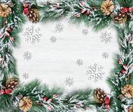 Weihnachten- und neues Jahr ` s Zusammensetzung Die Kiefernkegel, Fichtenzweige auf einem hölzernen weißen Hintergrund Lizenzfreies Stockbild