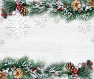 Weihnachten- und neues Jahr ` s Zusammensetzung Die Kiefernkegel, Fichtenzweige auf einem hölzernen weißen Hintergrund Lizenzfreie Stockbilder