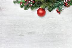 Weihnachten- und neues Jahr ` s Zusammensetzung Die Kiefernkegel, Fichtenzweige auf einem hölzernen weißen Hintergrund Stockbild