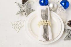 Weihnachten und neues Jahr verlegen Gedeck mit Weihnachtsdekorum Lizenzfreie Stockfotos