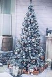 Weihnachten und neues Jahr verzierten Innenraum mit Geschenken Stockfotografie