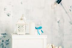 Weihnachten und neues Jahr verzierten Innenraum mit Geschenken Lizenzfreie Stockfotografie