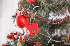 Weihnachten und neues Jahr verzierten Innenraum mit Geschenken und Baum des neuen Jahres Stockfoto
