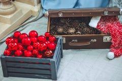 Weihnachten und neues Jahr verzierten nah oben Holzkiste mit Kiefer lizenzfreie stockfotografie
