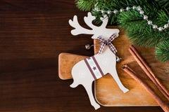 Weihnachten und neues Jahrkochen und -dekorationen auf hölzernem Hintergrund Stockfoto