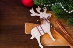 Weihnachten und neues Jahrkochen und -dekorationen auf hölzernem Hintergrund Stockfotografie