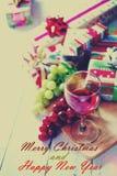 Weihnachten und Neujahrsgeschenke auf weißer Tabelle Stockfotografie