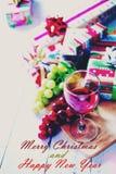 Weihnachten und Neujahrsgeschenke auf weißer Tabelle Stockfoto