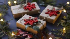 Weihnachten und Neujahrsgeschenke und Dekoration lizenzfreie stockfotos