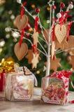 Weihnachten und Neujahrsgeschenke und Körbe mit Bonbons, Alkohol, c stockfoto