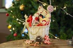 Weihnachten und Neujahrsgeschenke und Körbe mit Bonbons, Alkohol, c stockfotos