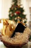 Weihnachten und Neujahrsgeschenke und Körbe mit Bonbons, Alkohol, c lizenzfreie stockbilder