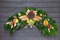 Weihnachten und Winter winden auf Tür mit Namensschild Stockfoto