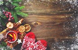 Weihnachten verrührte Rotwein mit Gewürzen und Früchten auf einem hölzernen Rus stockfotografie