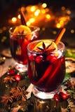 Weihnachten verrührte Rotwein mit Gewürzen und Früchten auf einem hölzernen Rus stockfotos