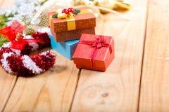 Weihnachten verzieren und Geschenkbox Stockbilder