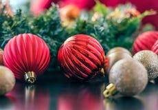 Weihnachten verziert um das Haus die oben gehangen zu werden Aufwartung, Stockbild