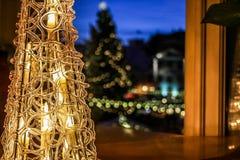 Weihnachten verzierte Raum, bequeme, glühende Laternenlichter lizenzfreie stockbilder