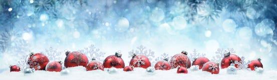Weihnachten - verzierte rote Bälle und Schneeflocken stockbilder