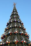 Weihnachten verzierte Weihnachtsbaum auf dem Hintergrund des blauen Himmels Stockfotografie