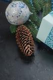 Weihnachten verzweigt sich, Bälle, Geschenkbox, Kegel, Weihnachten-backgroun Stockfotos