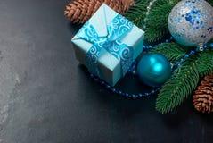 Weihnachten verzweigt sich, Bälle, Geschenkbox, Kegel, Weihnachten-backgroun Lizenzfreie Stockbilder
