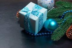 Weihnachten verzweigt sich, Bälle, Geschenkbox, Kegel, Weihnachten-backgroun Lizenzfreies Stockbild