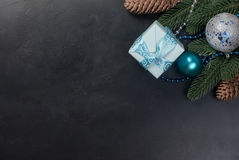 Weihnachten verzweigt sich, Bälle, Geschenkbox, Kegel, Weihnachten-backgroun Stockfotografie