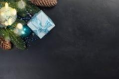 Weihnachten verzweigt sich, Bälle, Geschenkbox, Kegel, Weihnachten-backgroun Lizenzfreies Stockfoto