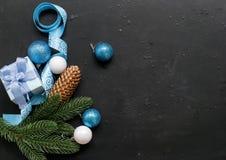 Weihnachten verzweigt sich, Bälle, Geschenkbox, Kegel, Weihnachten-backgroun Stockbilder