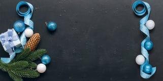 Weihnachten verzweigt sich, Bälle, Geschenkbox, Kegel, Weihnachten-backgroun Stockfoto