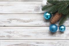Weihnachten verzweigt sich, Bälle, Perlen, Kegel, Weihnachtshintergrund Stockfoto