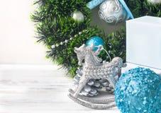 Weihnachten verzweigt sich, Bälle, Perlen, Kegel, Weihnachtshintergrund Stockfotos
