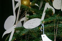 Weihnachten wünscht Hung auf einem Weihnachtsbaum lizenzfreie stockfotografie