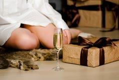 Weihnachten, weibliche Beine, Champagnerglas, Geschenke, Konzept von neues Jahr ` s lizenzfreie stockbilder