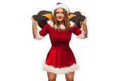 Weihnachten, Weihnachten, Winter, Glückkonzept - Bodybuilding Starke Sitzfrau, die mit SANDSACK im Sankt-Helferhut trainiert Lizenzfreie Stockfotografie