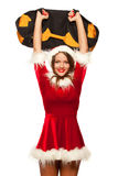 Weihnachten, Weihnachten, Winter, Glückkonzept - Bodybuilding Starke Sitzfrau, die mit SANDSACK im Sankt-Helferhut trainiert Stockfotografie